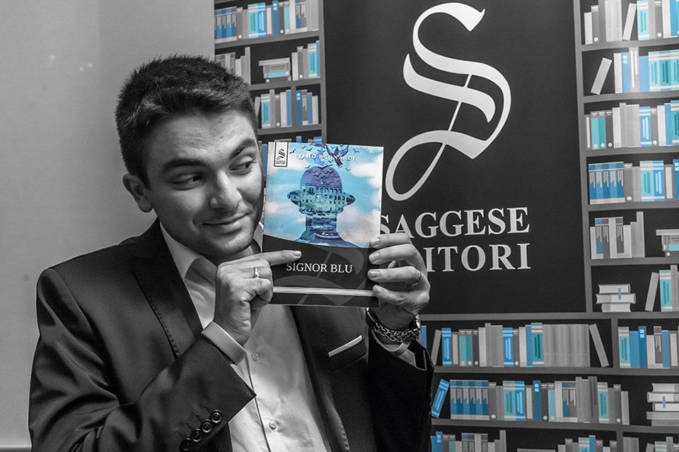 Foto di Piero Bagnardi con una copia del suo primo manoscdritto SIgnor Blu edito da Saggese Editori